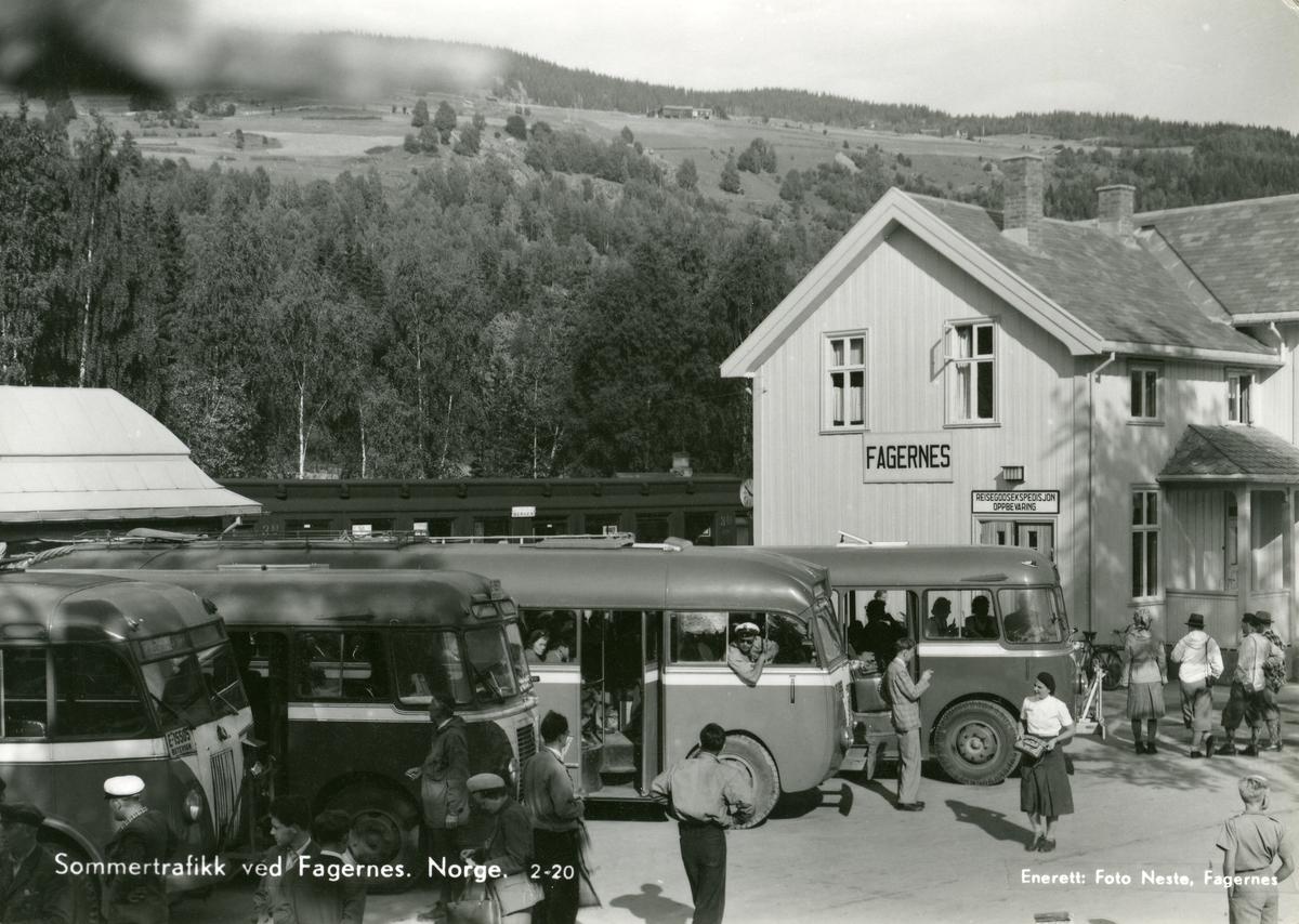 Jernbanestasjonen på Fagernes, Nord-Aurdal. Stasjonsbygningen og mange busser.