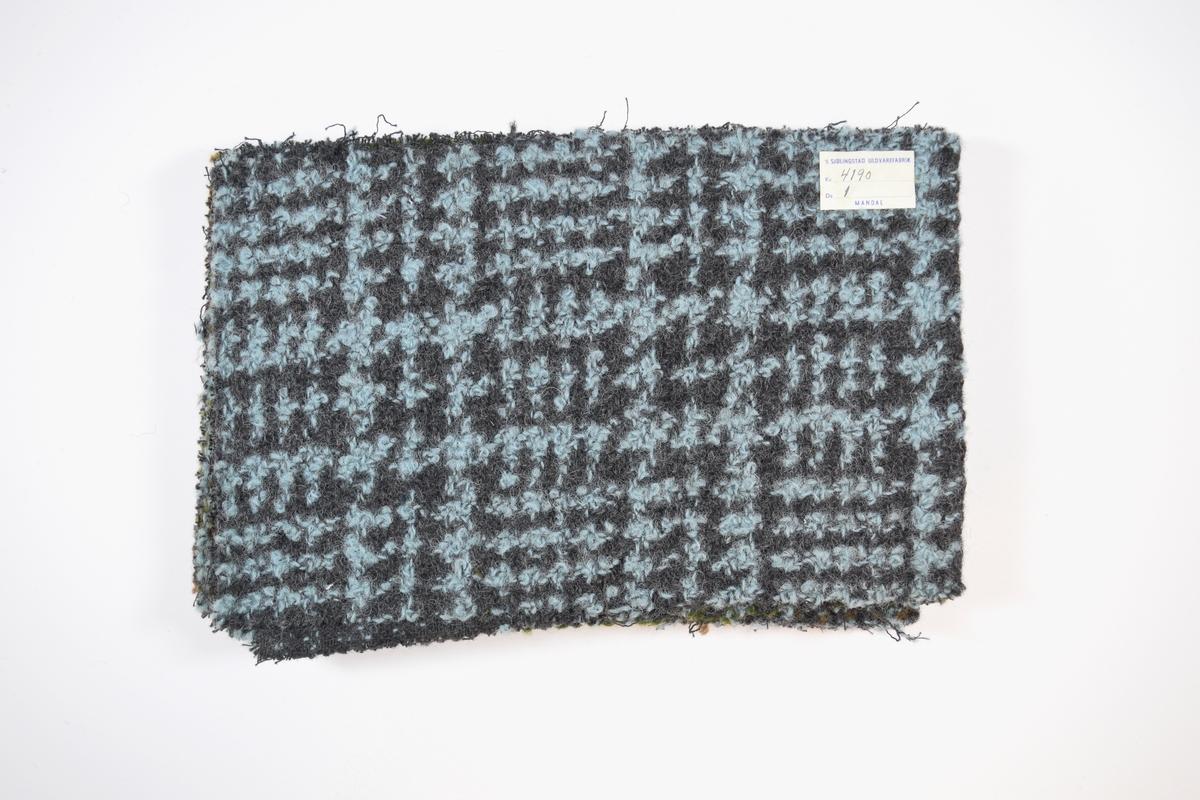 Syv stoffprøver klippet med sikksakk-saks. Relativt tykke mønstrete stoff, ligner mest et grovt rutemønster. Toskaftbinding er synlig på baksiden, men stoffene er trolig doble og består av tykkere tråder på forsiden (ull) og tynnere tråder på baksiden (bomull?). Stoffprøvene er brettet på midten slik at formatet blir likt prøvene som finnes i prøvebøker fra Sjølingstad. Alle har runde merker etter å ha vært, eller skulle bli, stiftet til bok eller hefte. Stoffene er merket med en firkantet papirlapp, limt til stoffet, hvor stoffnummer er fylt ut for hånd i et trykket skjema.   Stoff nummer.: 4190/1, 4190/2, 4190/3, 4190/4, 4190/5, 4190/9, 4190/10.