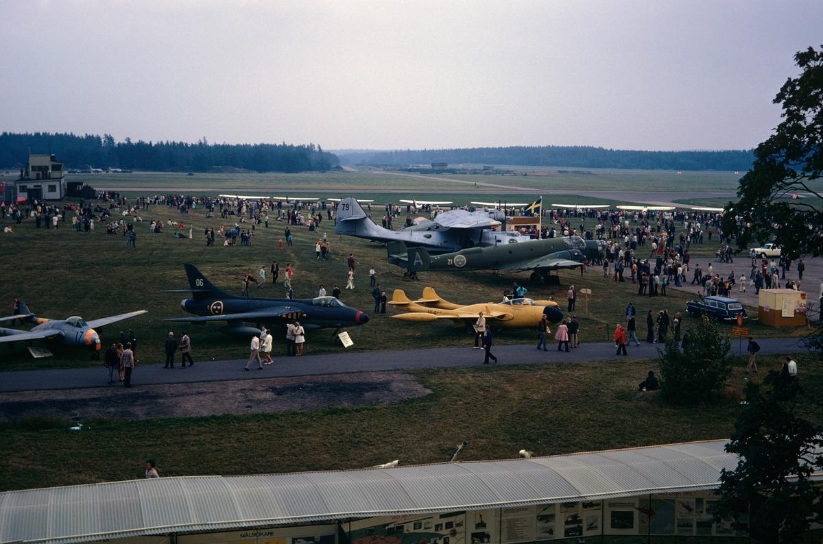 Flygdagen på Malmen den 10 september 1972. Publik och utställning på flygfältet. Bildserie.