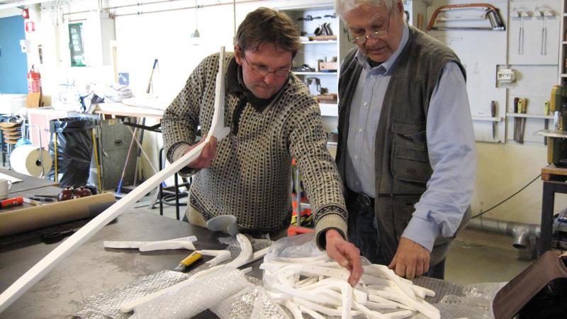 Båtbygger Lars Stålegård og professor emeritus Arne Emil Christensen monterer 3D-printede modell-deler.