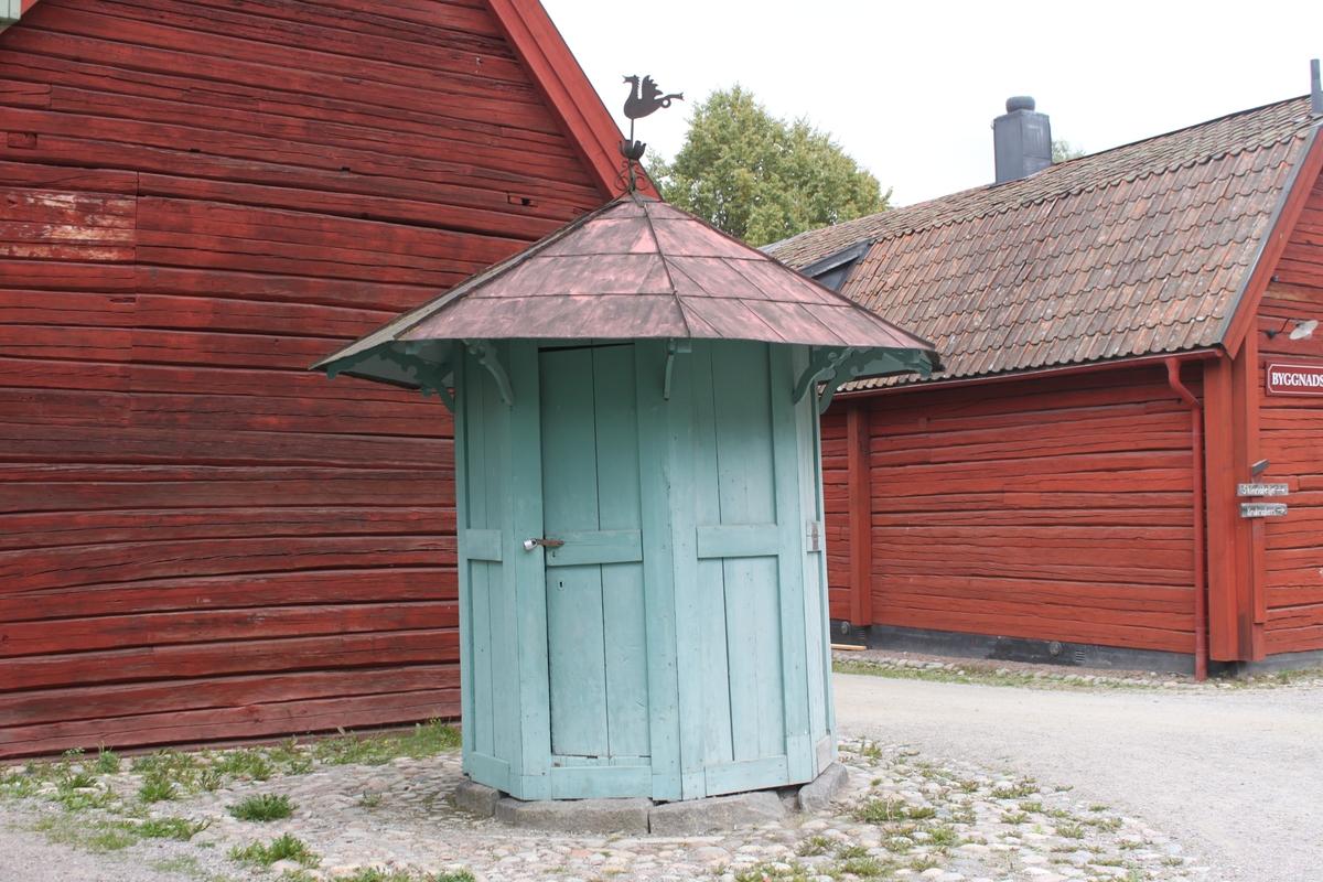 Den åttkantiga byggnaden vilar på en syllmur av huggen sten. Varje sektion består av ett ramverk av plankor och med fyllning av breda plankor, två per ram. En dörr med låshasp och hänglås är placerad i en av sektionerna. Fasaden är målad i en ljust grön kulör. Byggnaden har ett tälttak med åtta takfall. Taksprånget är kraftigt utskjutande, upplyft av konstfullt utsågade konsoler. Takbeläggningen består av kvadratiska, falsade plåtar, målade i en röd kulör. Upptill kröns taket av en drakliknande varelse i plåt. Utskjutande vattenrör i trä, skodd med järn och med vidhängande, rörlig vattenledare. En stång i järn har drivit pumpen. Den är inte funktionsduglig då pumpkomstruktionen saknas.