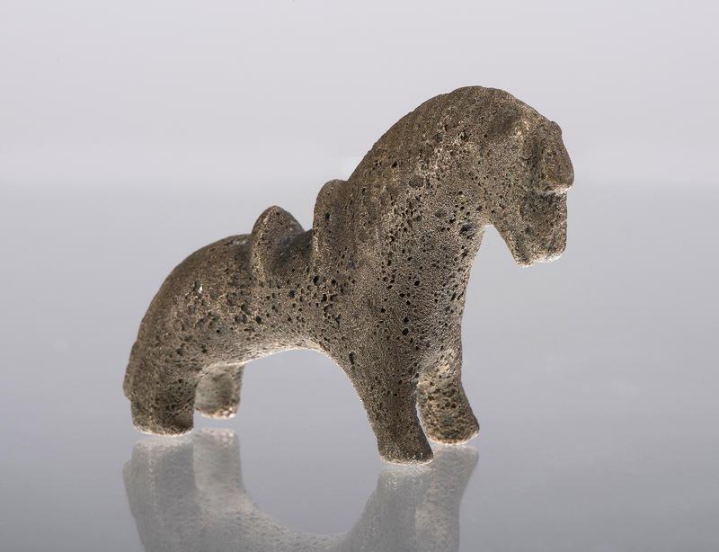 Et nydelig lite vektlodd formet som en bronsehest med sal på ryggen. (Foto/Photo)