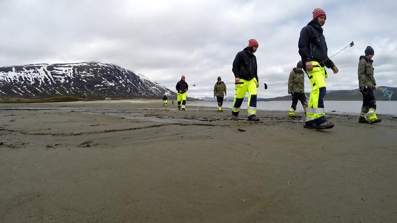 Fotomontasje: To arkeologer leter systematisk etter garnsøkker og sløedeler på gammel sjøbunn i Tesse.
