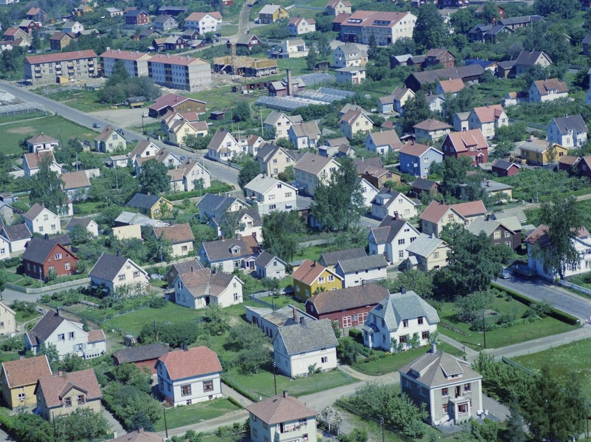 Flyfoto, Lillehammer, bebyggelse, Nærmest Nordregate nr 4, 6 og 8. Øverst boligblokkene i Fagstadvegen. Midt i bildet går Fåberggata. Husene langs nedre del av Hardlandsvegen og Skjellerudvegen