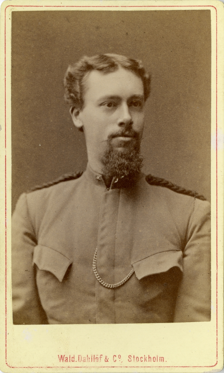 Porträtt av Waldemar August Starck, underlöjtnant vid Fortifikationen. Se även bild AMA.0008620 och AMA.0009656.