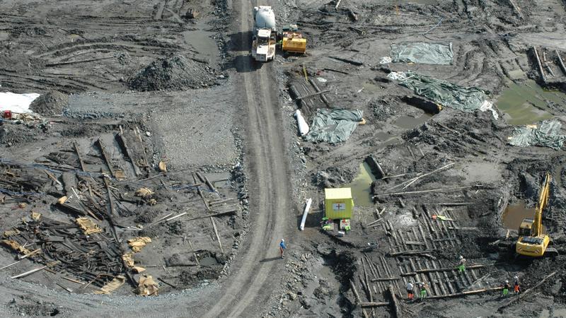 Fra utgravningen på Barcode-tomta i Oslo. Arkeologer, anleggsmaskiner, bolverk og båtvrak i skjønn forening. (Foto/Photo)