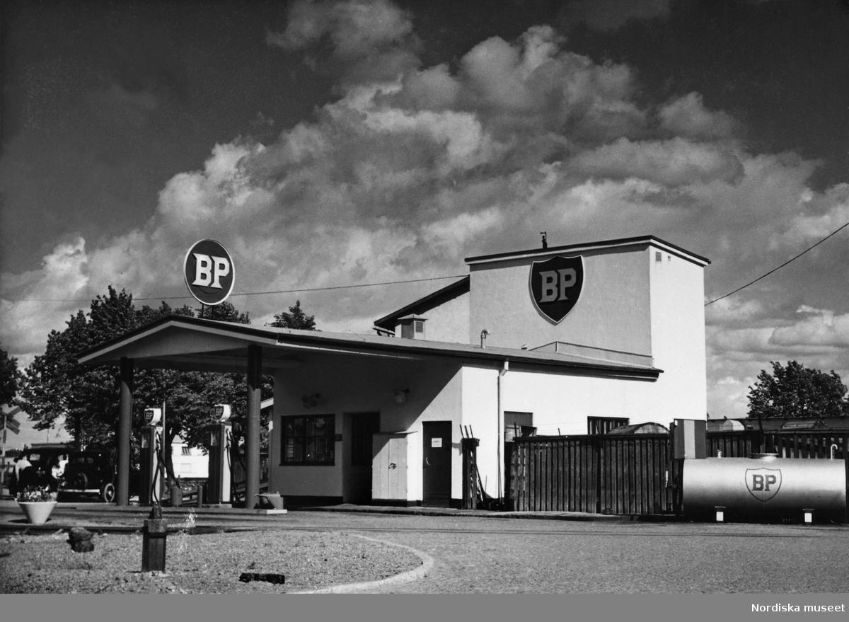 """""""BS Kungsängsgatan, Uppsala. (Början av 1950-talet)"""". BP-mack."""
