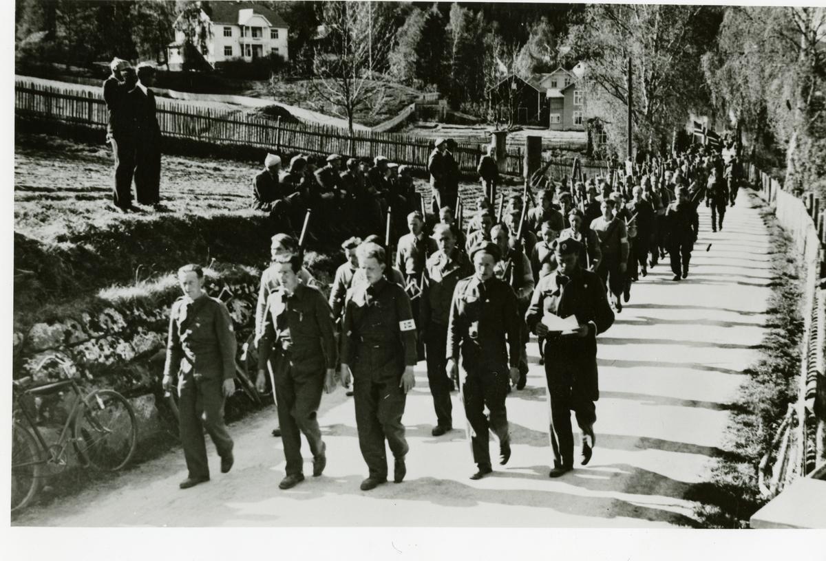 Defilering av Heimefronten på Fagernes, pinsa 1945. Sør-aurdølane marsjerer mot Fagernes.