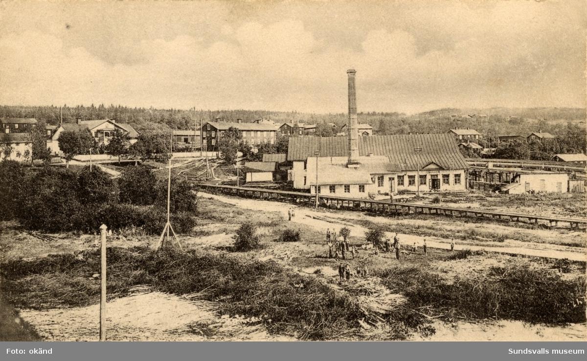 Strands sågverk med bolagskontor och arbetarbostäder. Sågen brann ned 1923 och verksamheten upptogs inte efter det.