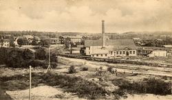 Strands sågverk med bolagskontor och arbetarbostäder. Sågen