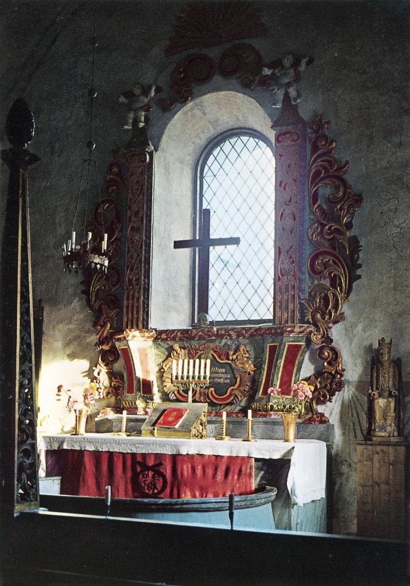 Lidens gamla kyrka, interiör med altare samt Madonna från 1200-talet.