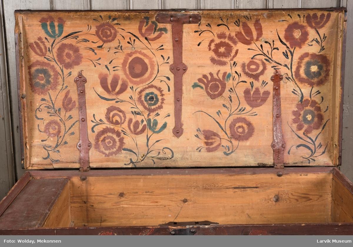 Blomsterdekor i rødt og hvitt på bunn/ blomsterdekor i rødt, grønt og sort på undersiden av lokket.