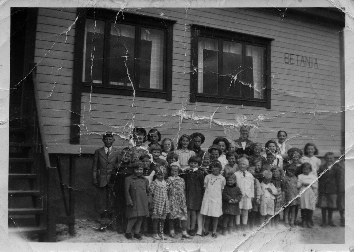 """Barn og unge fra Golnes """"Golnesungan"""", oppstilt utenfor bedehuset i Golnes."""