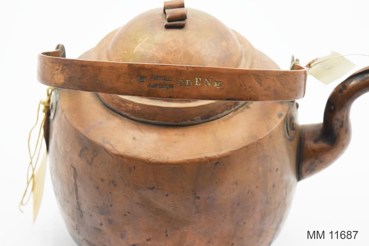 Kaffekittel av koppar. från början av 1900-talet. Försedd med lock, handtag och pip samt nedtill en avsats för spisringarna. Märkning: Oden samt två kronstämplar. Även tillverkarstämpel som lyder: J och C G Bolinder.