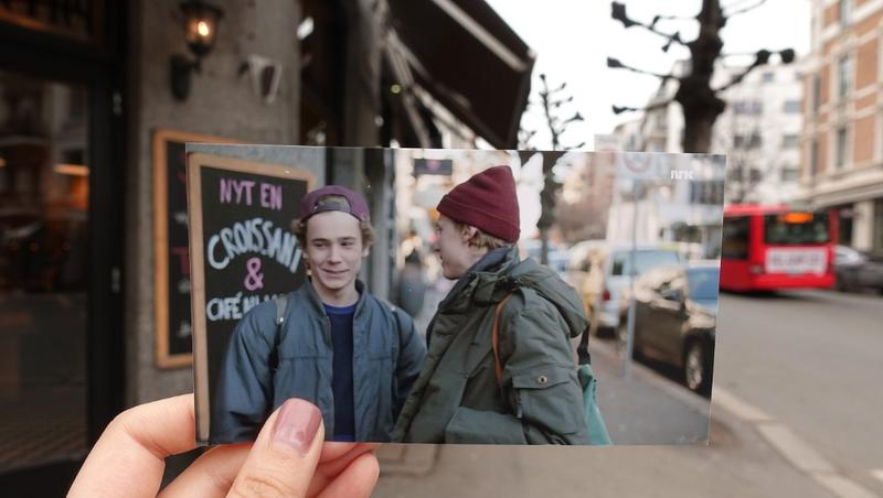 Refoto av et motiv fra serien Skam. Bildet er tatt foran en kafé hvor karakterene Even og Isak møtes i serien.