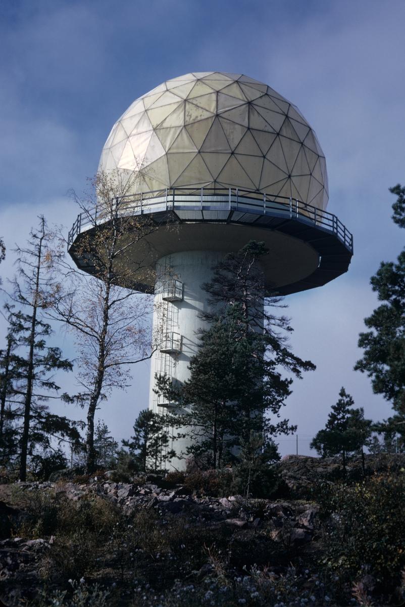 Exteriör av radarstation PS-810F vid Getsjötorp i Kolmården, hösten 1973. Serie om 3 bilder.