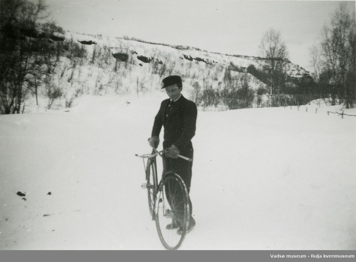 Syklist vinterstid på 1950-tallet. Kan være nord for Vestre Jakobselv.