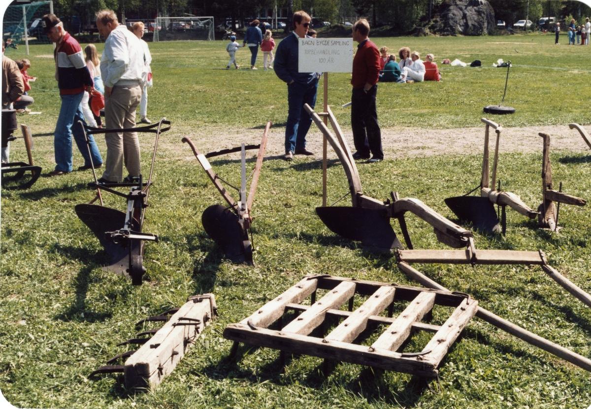 Jordbruksreiskap frå Bagn Bygdesamling. Frå jordbruksdagane på Fossvang i 1988.