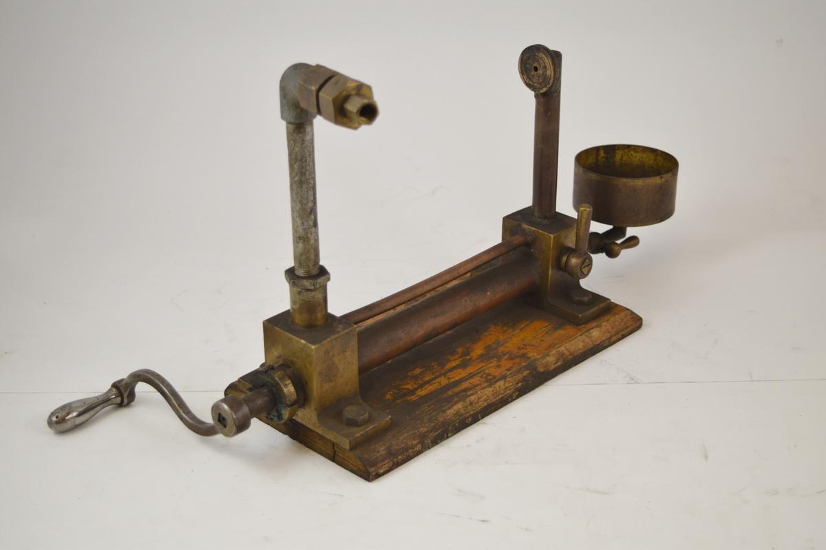 """Brukes til kalibrering av trykkmanometer. En """"raritet"""" som er laget på Setesdalsbanens verksted eller på Krossen jernbaneverksted. Det finnes en tegning av denne på Setesdalsbanen."""