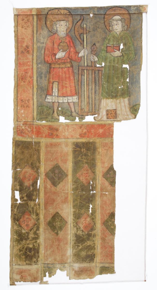 """Processionsfana målad på grövre sidentyg (tuskaft) med dubbelsidig målning (troligen olja) och med samma motiv på båda sidor: S:t Olof och S:t Laurentius på övre delen och vertikala breda ränder på nedre. S:t Olof är krönt, med en röd livklädnad med hermelinprydd nederkant, ett riksäpple i ena handen och sitt attribut yxan i andra. S:t Laurentius är klädd i vit alba med diakontecknet i nederkantens mitt med en grön dalmatika över, och håller en bok i ena handen och sitt attribut halstret i andra. Längs sidorna och nederkanten av motivspegeln finns en bred bård numera i rosa med schablonmålade rödare rosor och utanför detta gula kantlister. Under detta är fanan målad med nedhängande vertikala gröna och röda ränder/tungor som är dekorerade med diagonala rutor/romber i rött och grönt, även dessa med gula kantlister. Tungorna är ej uppskurna. Eventuellt har flera detaljer varit förgyllda tidigare. Rester syns bl a på glorior, tecken och bårdornament. Tuskaftväven är vävd av grövre enkeltrådigt Z-spunnet lingarn i både varp och inslag.  Sedan 1960-talet är fanan utslätad med hjälp av vattenbad, plantorkad och sedan uppsydd mot brun silkecrepelin mot """"baksidan"""".  Inskrivet i huvudbok 1870."""