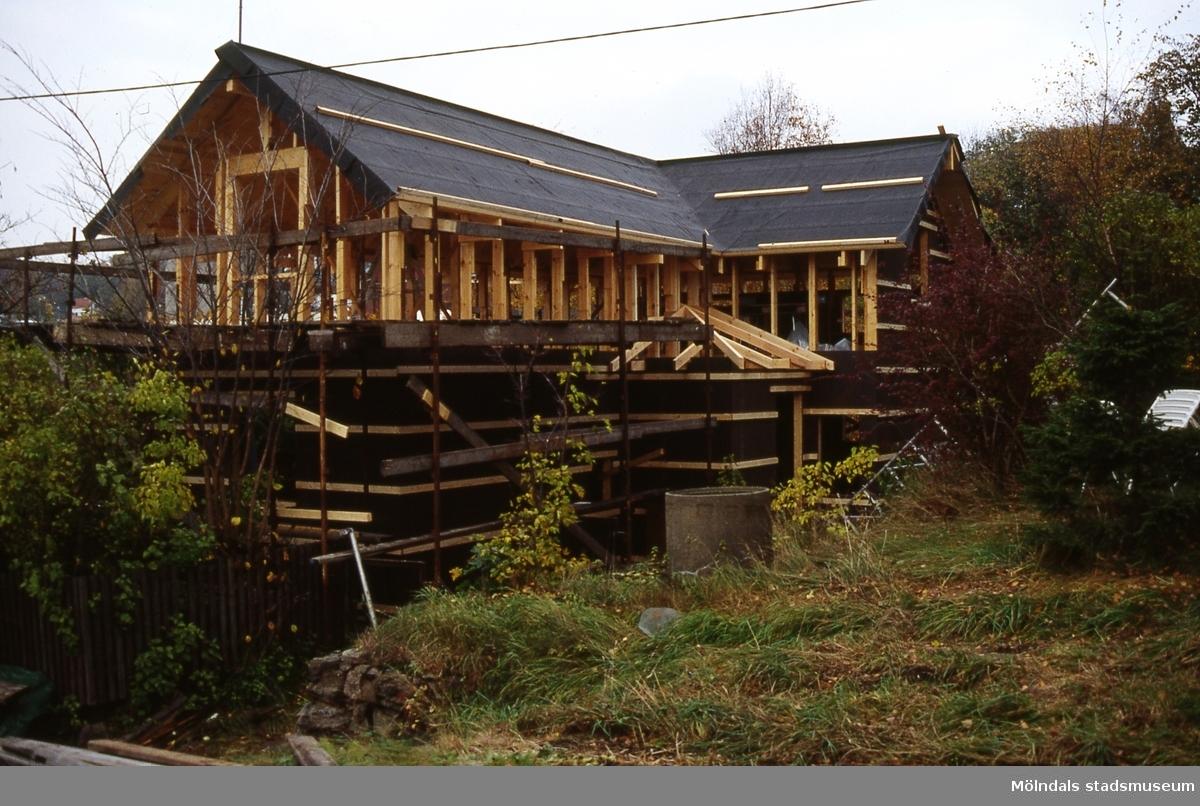 Roten M 32 i Mölndal, år 1988. Gunnar Lövqvist rev M 32 utan rivningslov, men fick bygga ett nytt hus som var högre än det rivna.