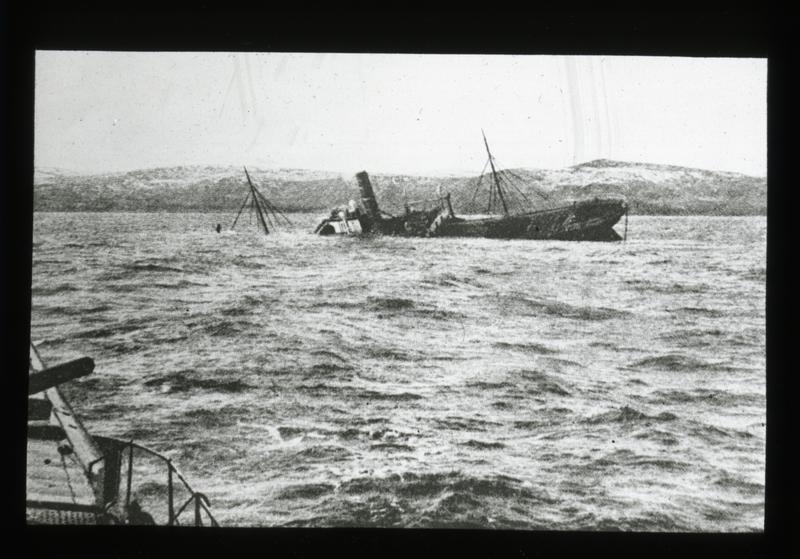 Torpedert skip med en ladning sild til en verdi av 1 milion Mark, fotografert fra tysk undervannsbåt. (Foto/Photo)