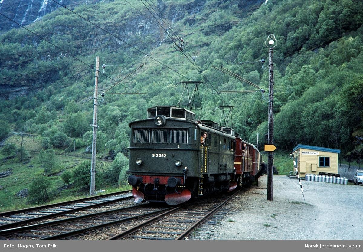 Elektrisk lokomotiv El 9 nr. 2062 fremst i tog på Berekvam holdeplass