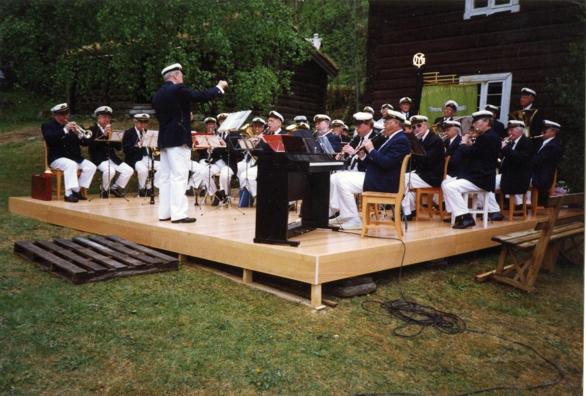 Moss gamle skolekorps på Bagn Bygdesamling i 1991 under 110-årsmarkeringen av Sigurd Islandsmoens fødsel.