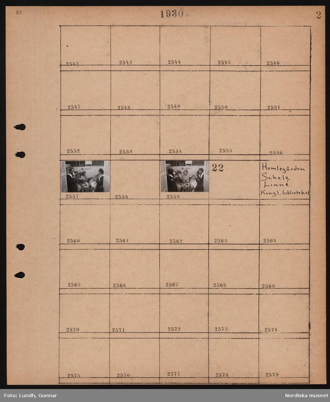 """Motiv: """"Franska kryssaren Dunqerge"""" (sannolikt istället kryssaren Duquesne); Två matroser med tre civilklädda kvinnor.  Motiv: Humlegården, Scheeles och Linnés statyer, Kungliga biblioteket; Ej kopierat."""
