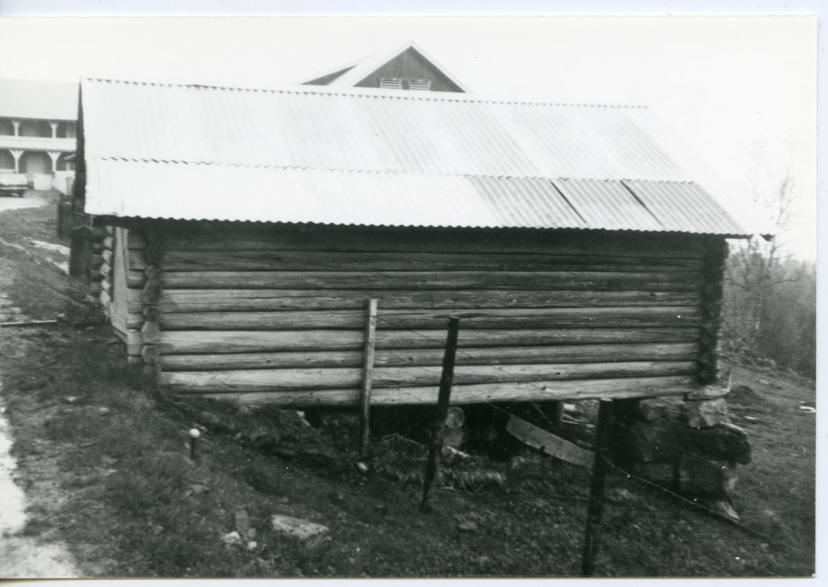 Uthus i tømmer på Milevatnet, Leiskogen, Sør-Aurdal.