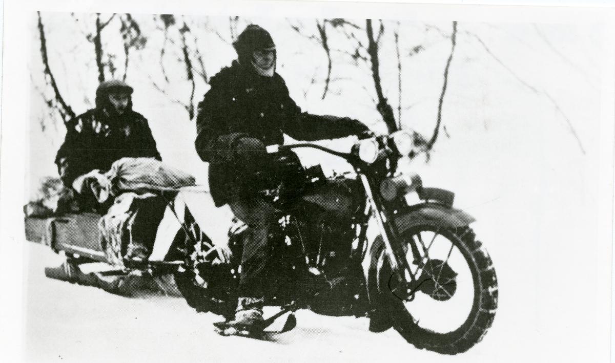 Postskyss med motorsykkel og slede.