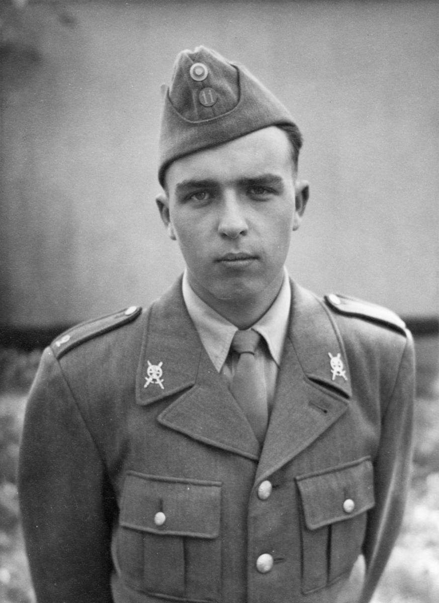 """Andrakammarvalet 1 juni, 1958. """"Lennart var inte gammal nog att rösta, men väl att tjäna sitt land. Till höger syns han i T-2s skräddarsydda"""""""