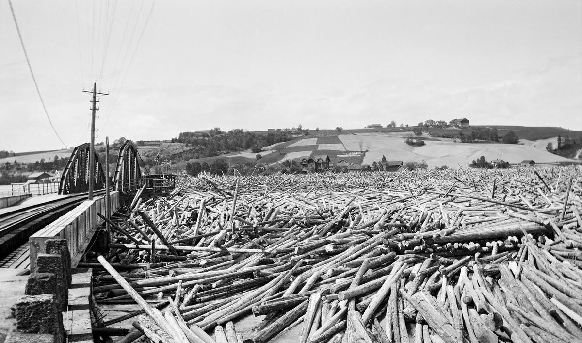 Opphopning av tømmer, Fetsund 1940.