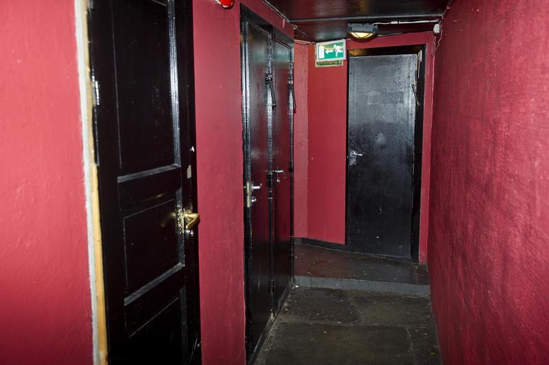 Gangen inn til toalettene i kjelleren. Foto: Helge Skodvin.