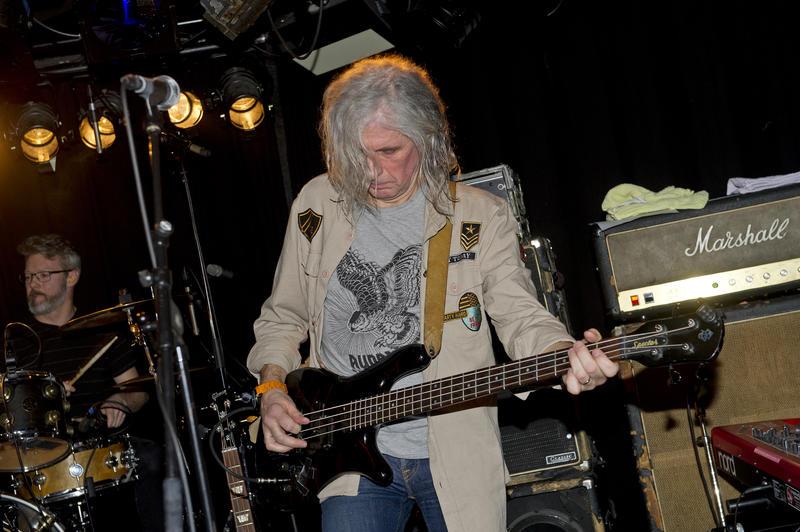 Eirik «Pytten» Hundvin spilte bass med El Regn. Bak trommesettet sitter Tom Kogstad. Foto: Helge Skodvin. (Foto/Photo)