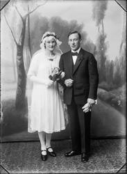 Studioportrett av brudeparet Nora og Trygve Bornø.