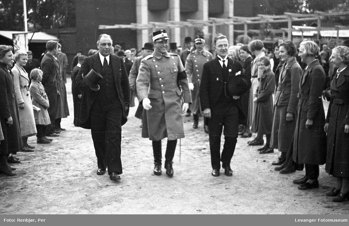 Kronprins Olav på besøk i Levanger under byjubileet i 1936, her på messeområdet.