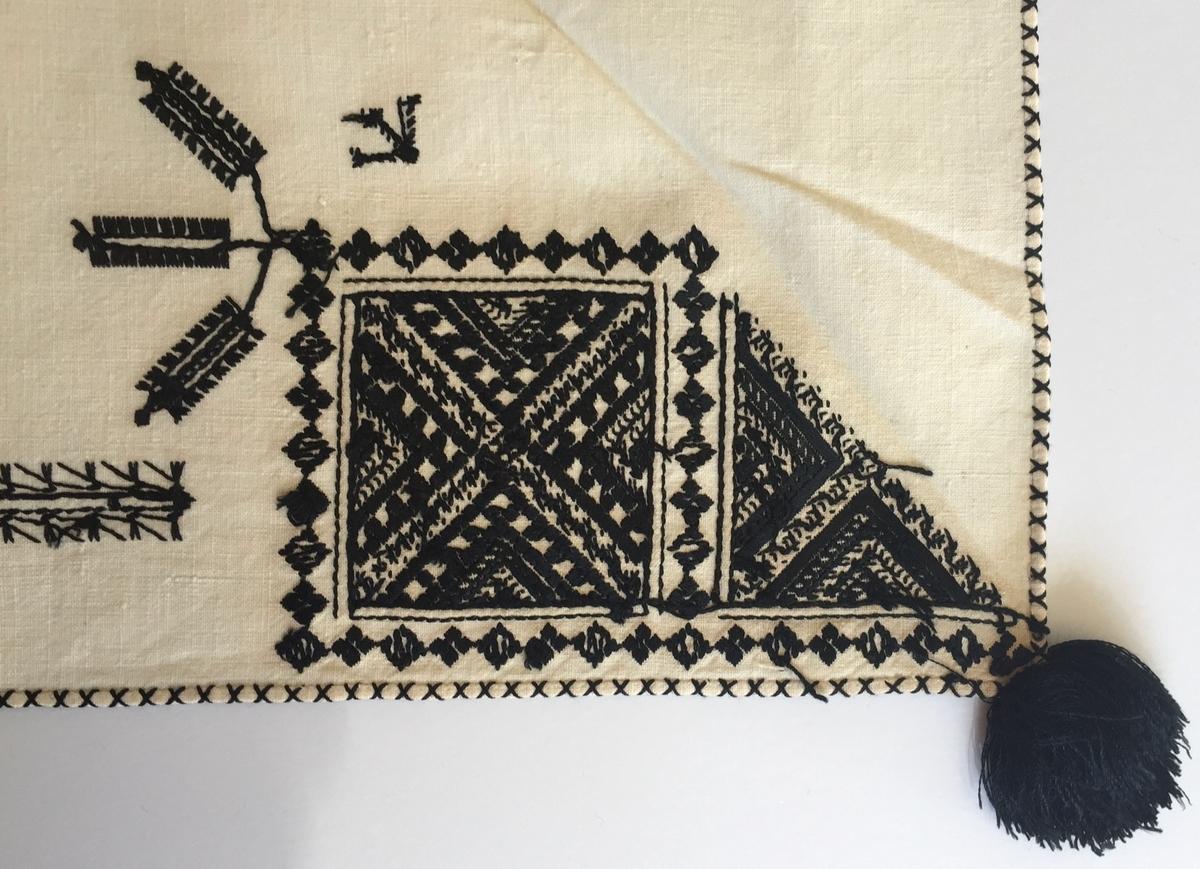 Geometriskt mönster i kvadrater i hörnen, bårder mellan kvadraterna på rygsnibb och framsnibbar. På ryggsnibben tre kvadrater och en majstångsspira samt märkning med årtal och initialer. På varje framsnibb en kvadrat och en trekant. Ornament i korsstygn och plattsöm.