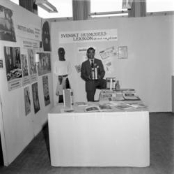 Medéns bokförlag har en monter på Sundsvallsmässan 1954. Där