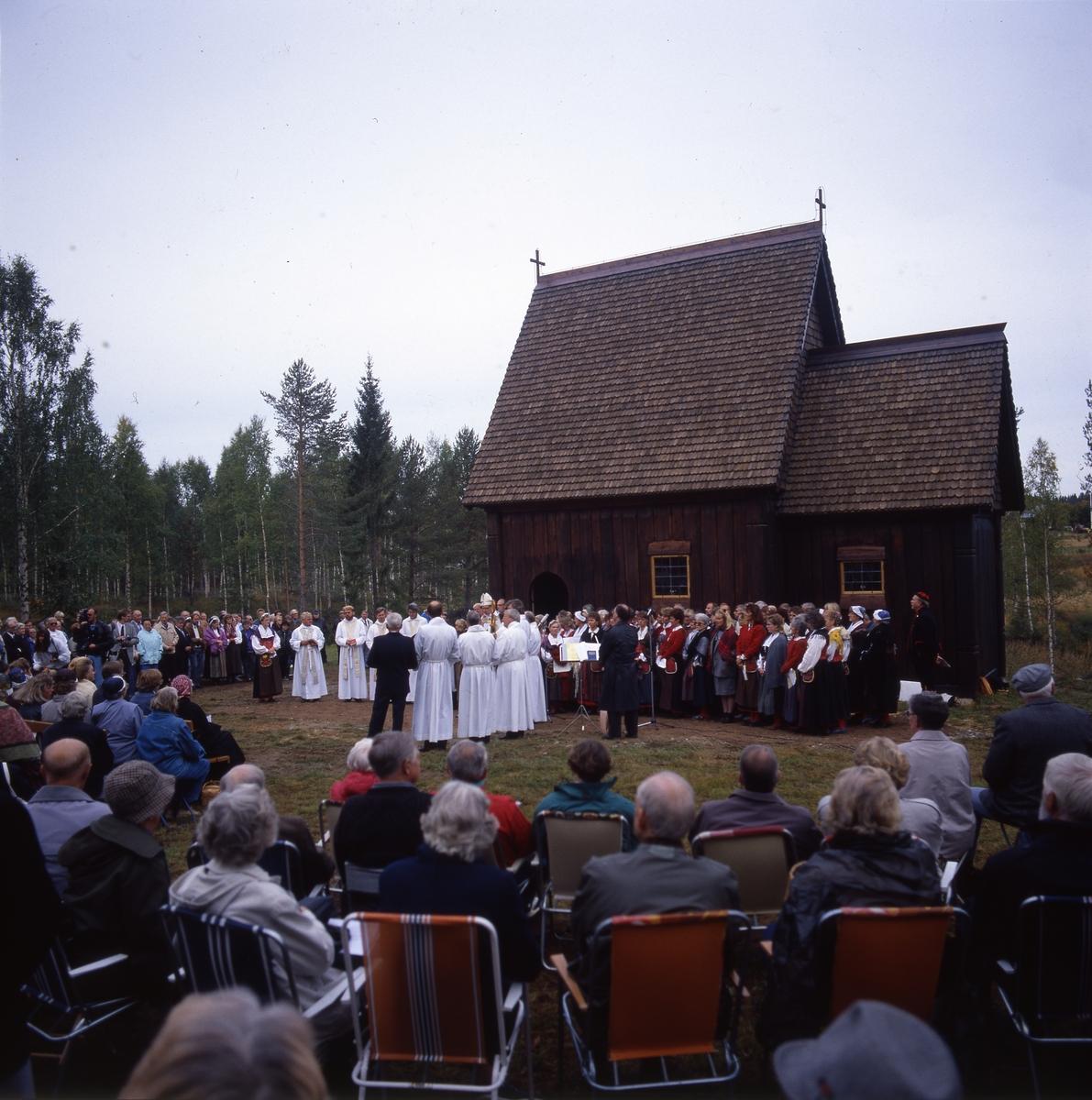 Invigning av St: Olofs Offerkyrka, stavkyrkan i Kårböle, 17 september 1989 av ärkebiskop Olof Sundby.