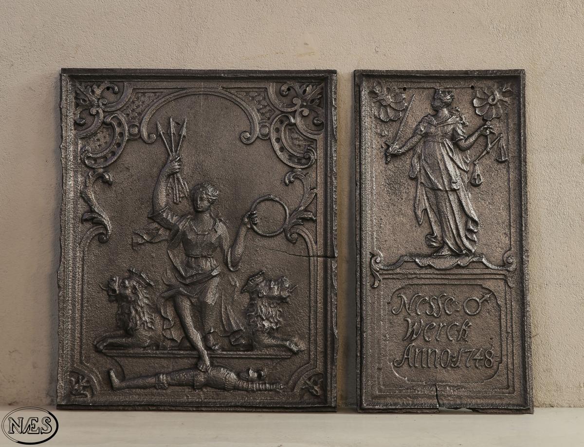 På langside platen er det en fremstilling av Christiania byvåpen. St. Hallvard er fremstilt som kvinne med tre piler i sin høyre hånd og en ring i sin venstre. Høyre fot er plassert på en liggende ridder. På kortside platen en kvinne, rettferdigheten, med sverd i din høyre hånd og vektstang i sin venstre hånd. Innskrift i nedre del av platen.