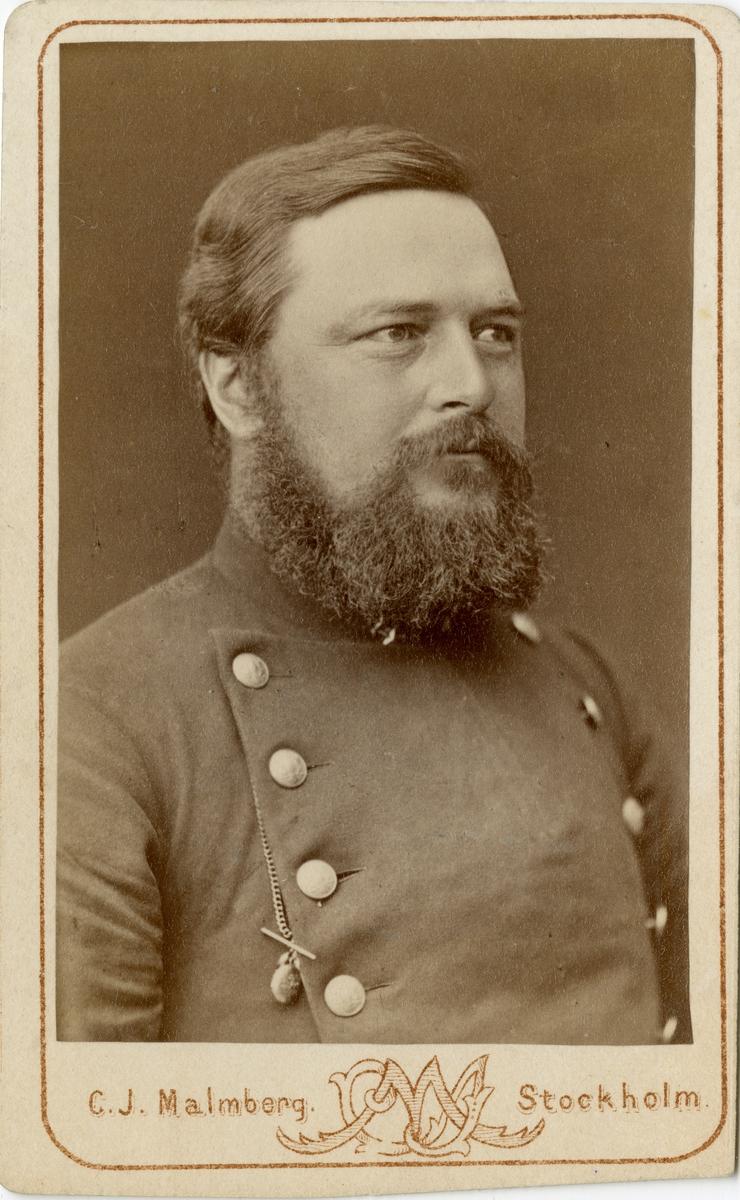 Porträtt av Carl Johan Pontus Uggla, officer vid Värmlands fältjägarkår I 26.  Se även bild AMA.0009159.