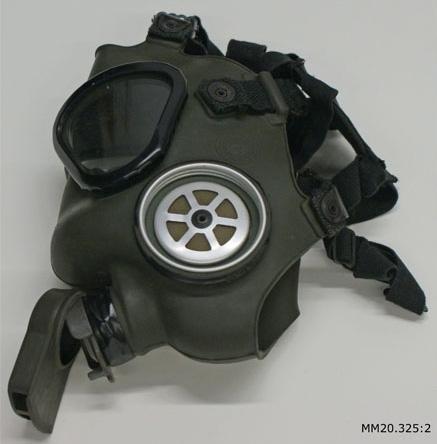 Skyddsmask av grönt gummi bestående av ansiktsskydd med ögonglas och bandställ.