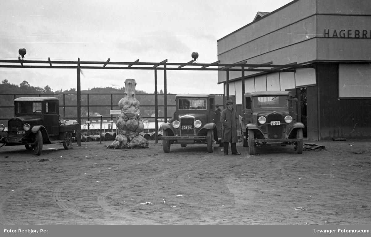 Fra utstillingen om høsten under byjubileet i 1936, utenfor standn til hagebruk.