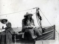 Nina och Harriet Hammarskjöld på en båt.