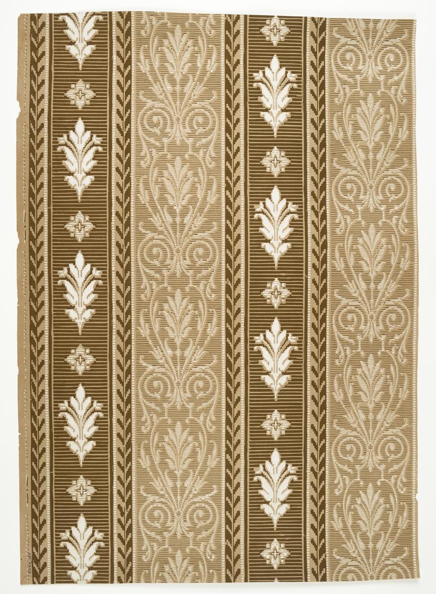 Randmönster med ornament av nyrenässanskaraktär. Beige genomfärgat papper med tryck i vitt och brungrönt.