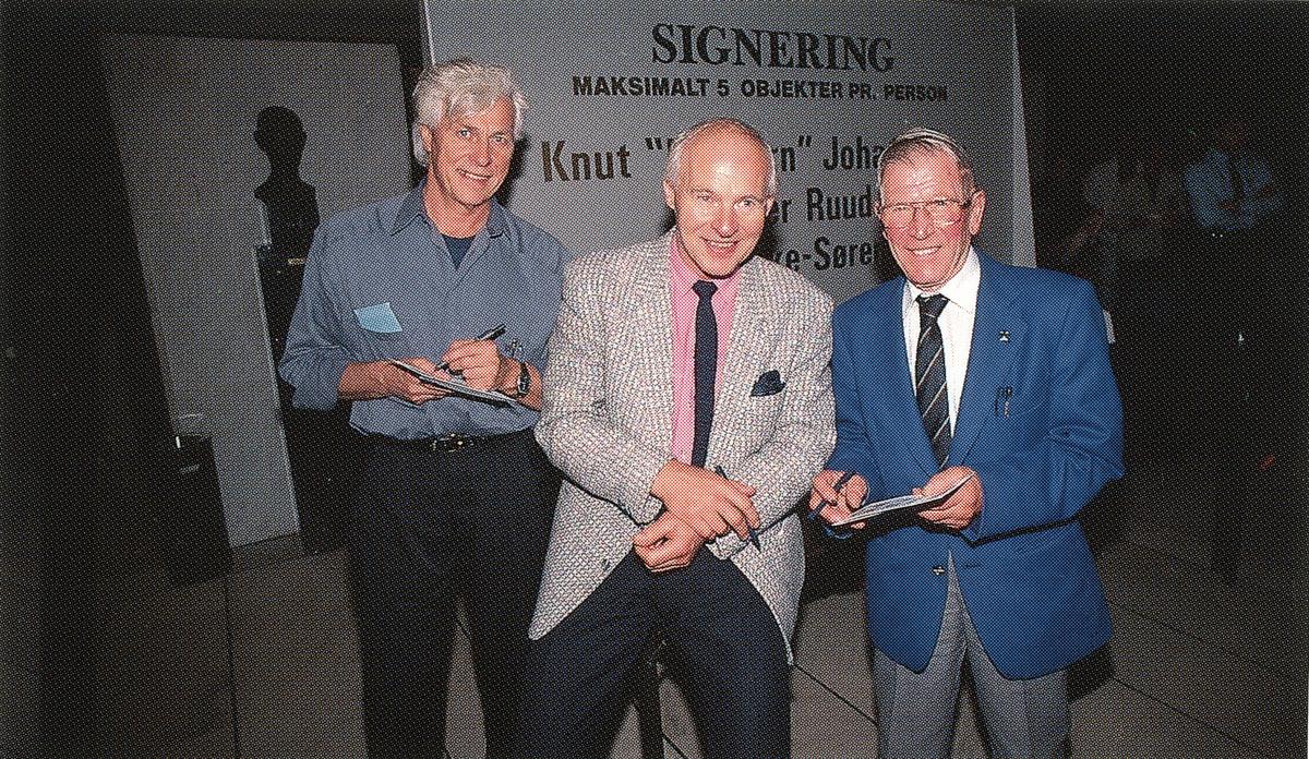 """Frimerkesignering av Knut """"Kupperen"""" Johannessen og Birger Ruud."""