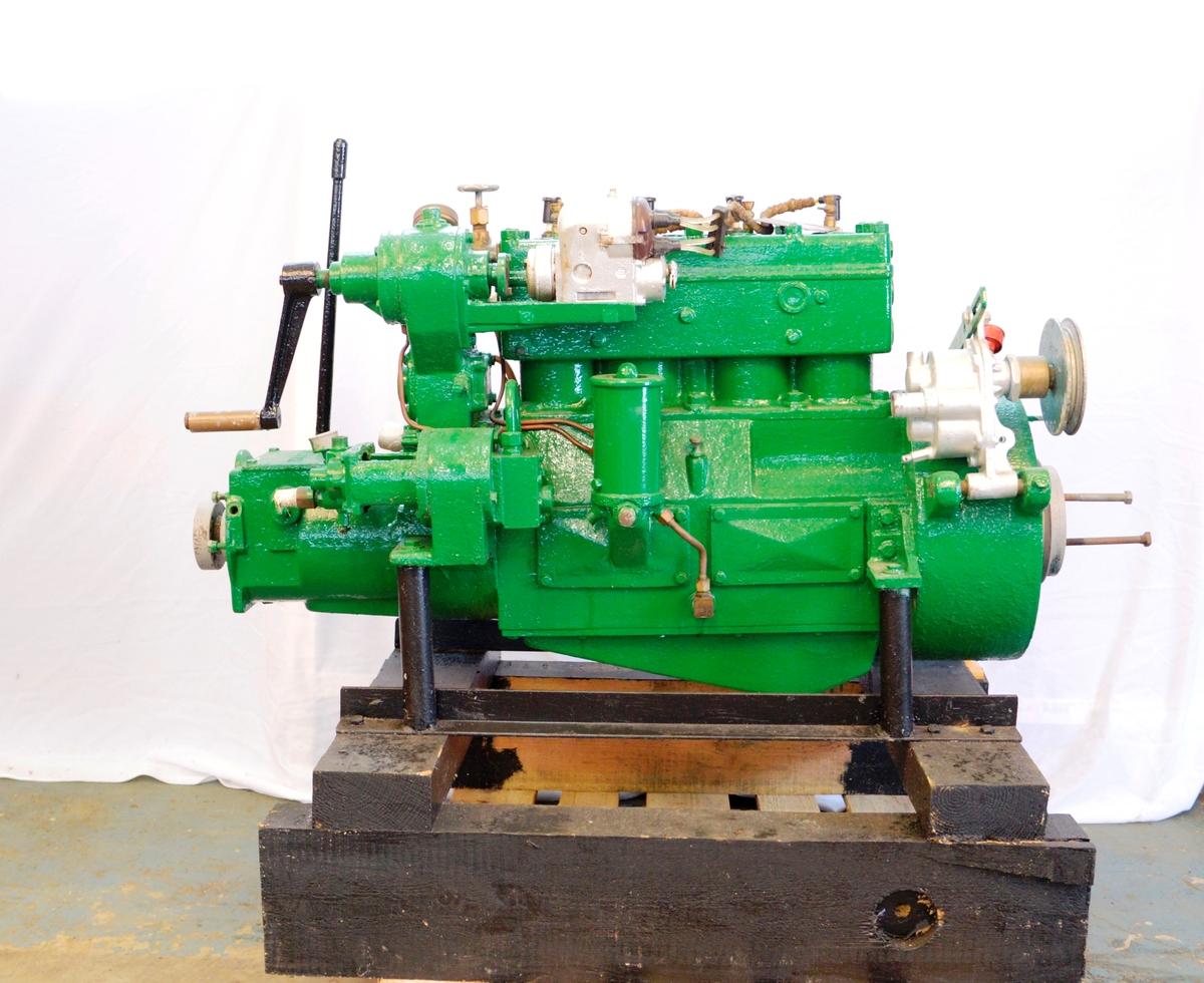 4-takts Marna type FF, firesylindret bensinmotor. 24-32 hk. Motornummer 15315.