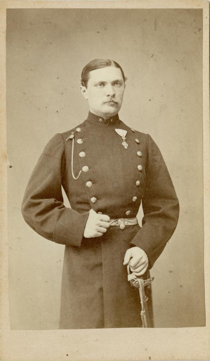 Porträtt av Knut Alfred Rudolf Fabian Örnsköld, löjtnant vid Jönköpings regemente I 12. Se även AMA.0009352 och AMA.0021822.