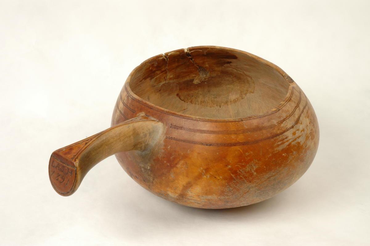 Naehpie Rørosmuseen våarhkoste    /     Mjølkebolle fra Rørosmuseets samling